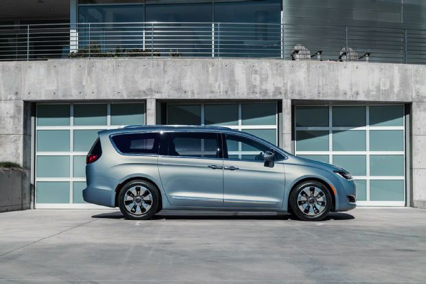 2017-chrysler-pacifica-hybrid-side