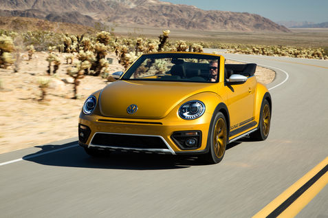 2016-Volkswagen-Beetle-Dune-convertible-front-three-quarter-in-motion