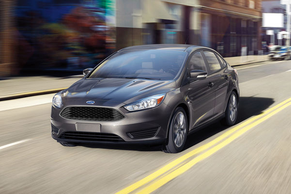 2016-Ford-Focus-SE-front-three-quarter-in-motion