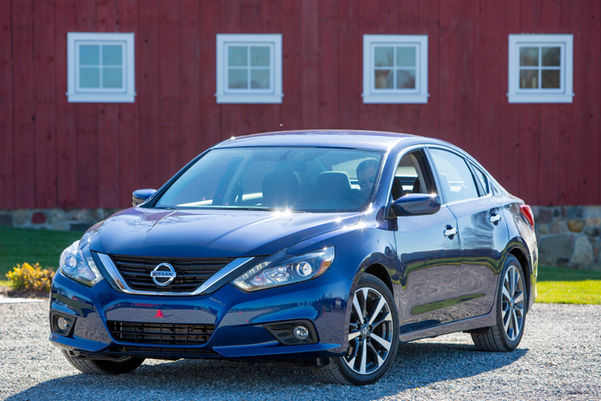 2016-Nissan-Altima-SR-front-three-quarter
