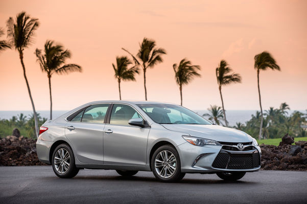 2016-Toyota-Camry-SE-front-three-quarter