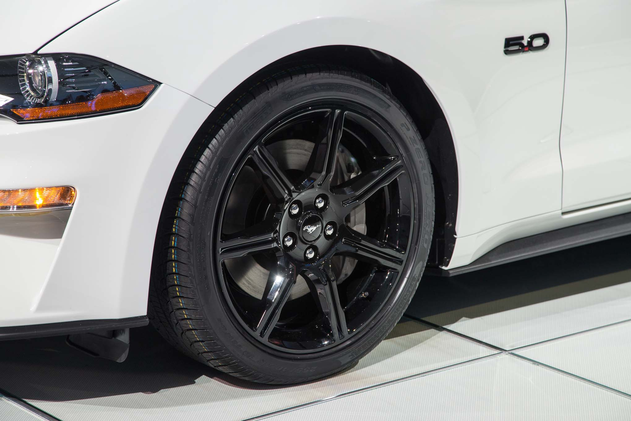 2018-Ford-Mustang-GT-front-wheel-02