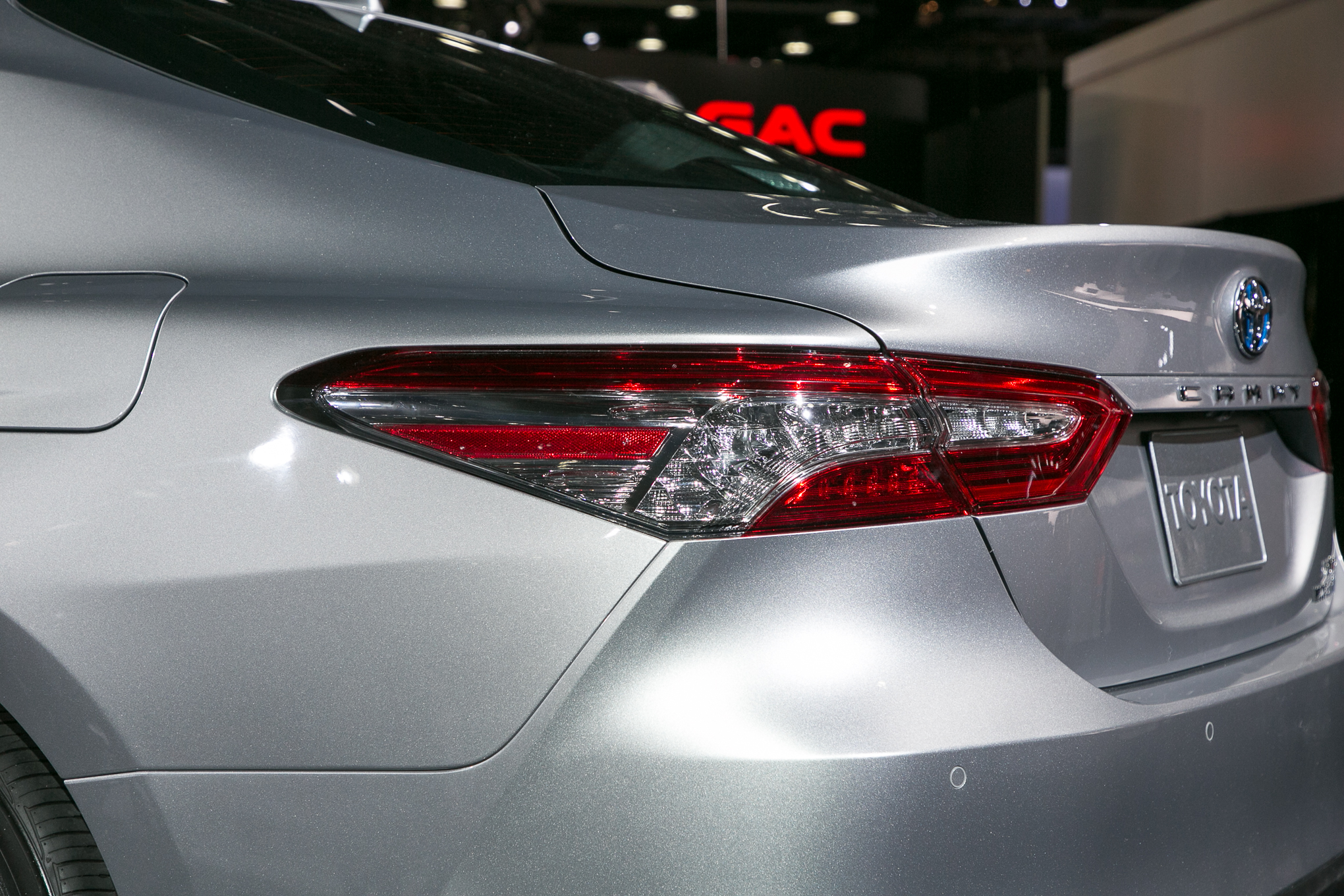 2018-Toyota-Camry-XLE-Hybrid-taillight