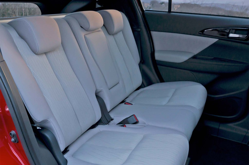 2018-Mitsubishi-Eclipse-Cross-rear-interior-seats-02