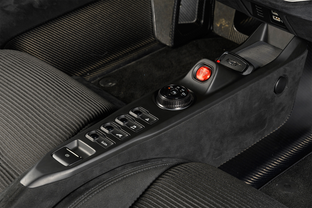 2017-Ford-GT-center-console