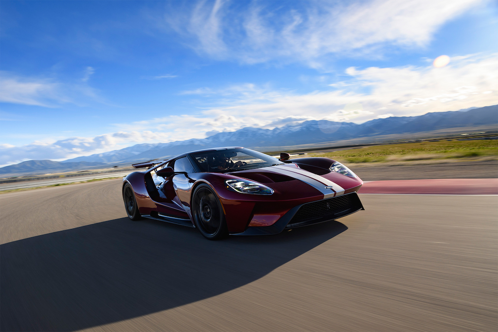 2017-Ford-GT-front-three-quarter-in-motion-02