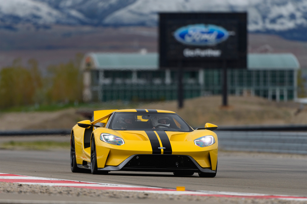 2017-Ford-GT-front-three-quarter-in-motion-05