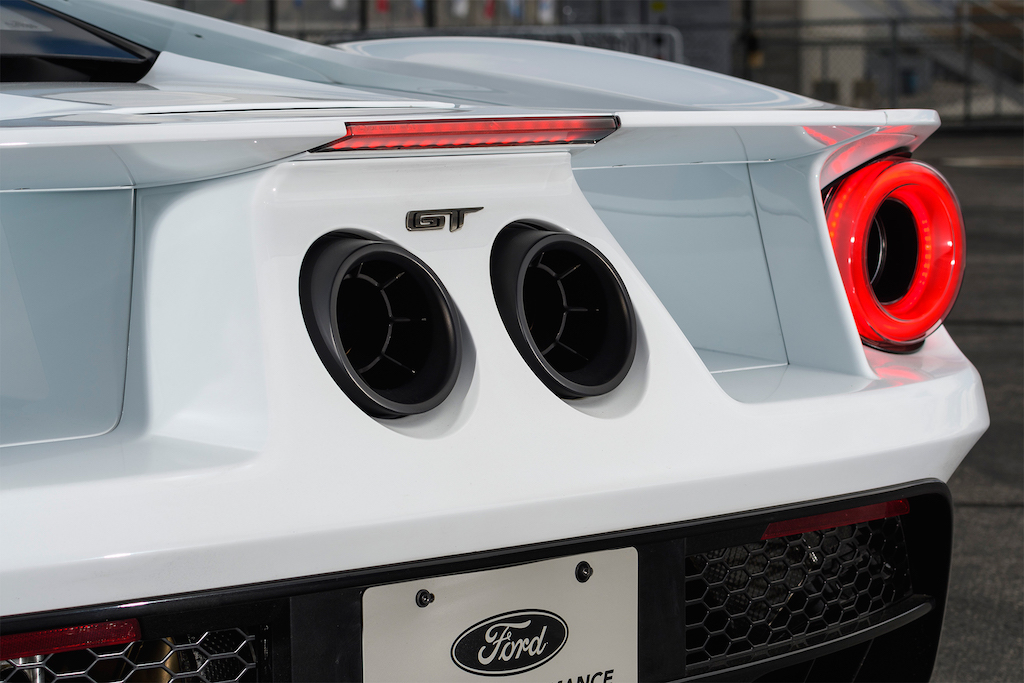 2017-Ford-GT-tail-light-02