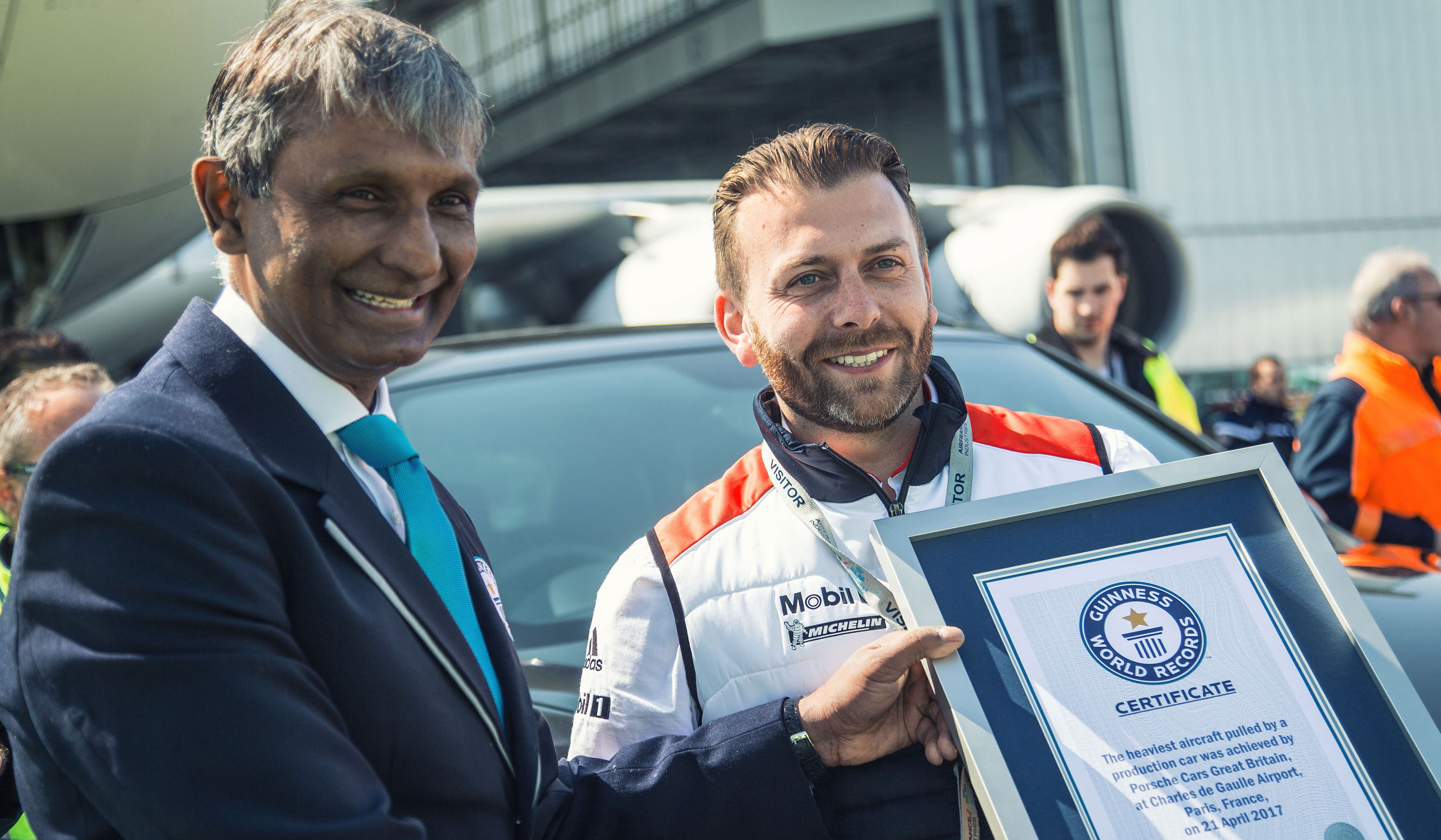 Porsche-Cayenne-tows-Airbus-Guiness-World-Records